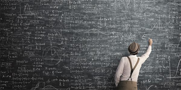 o que fazer na quarentena - homem negro, vestindo camisa branca, chapéu e calça bege, ele escreve muitos números na lousa